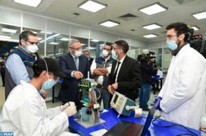 """Le ministre de l'Industrie Moulay Hafid Elalamy en compagnie avec le comité scientifique afin de visionner la production de respirateurs """"100 % marocains"""". Source : Agence MAP"""